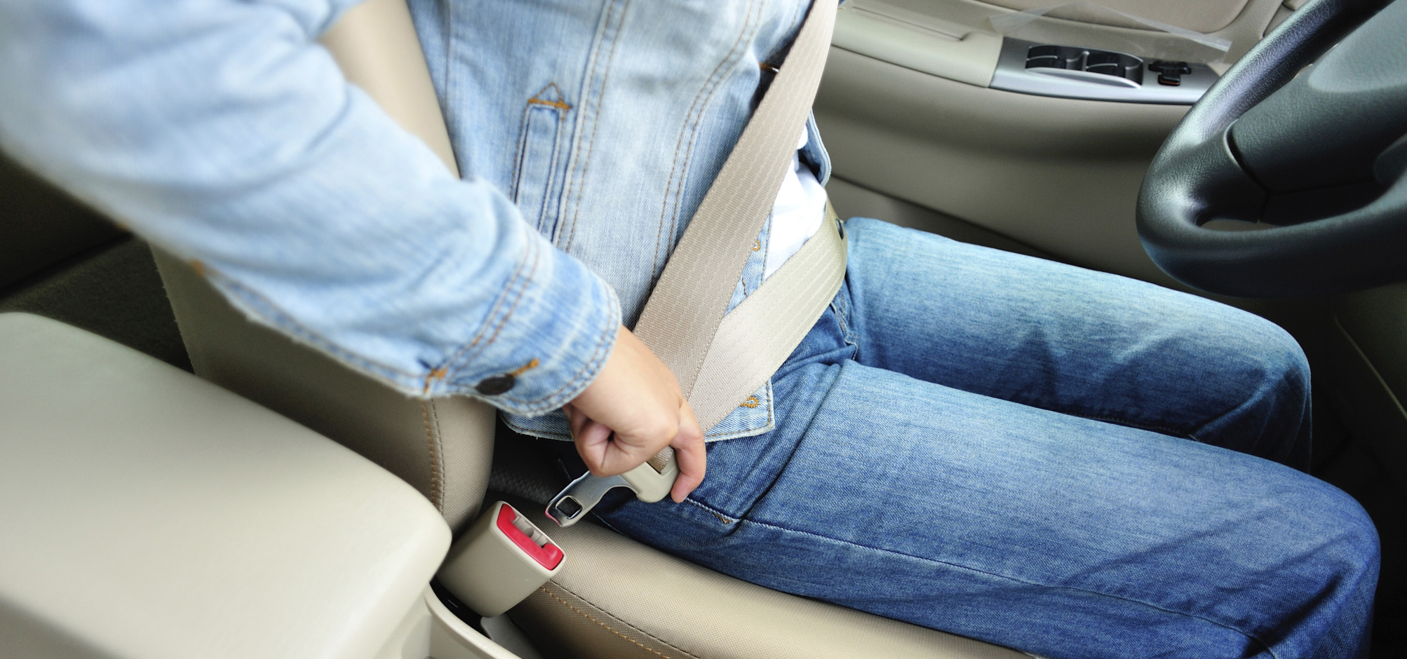 seat belt and people Everyone knows they should wear a seat belt in the front seat, but many people still don't realise how dangerous it is not to wear a seat belt in the back.